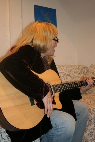 02_Laura singing